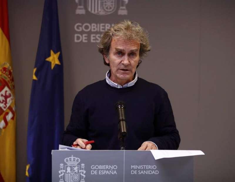 El director del Centro de Alertas y Emergencias (CCAES), Fernando Simón, ofrece una rueda de prensa para evaluar el estado de la pandemia de la COVID-19, este lunes en el Ministerio de Sanidad, en Madrid. EFE/Javier López Hernández