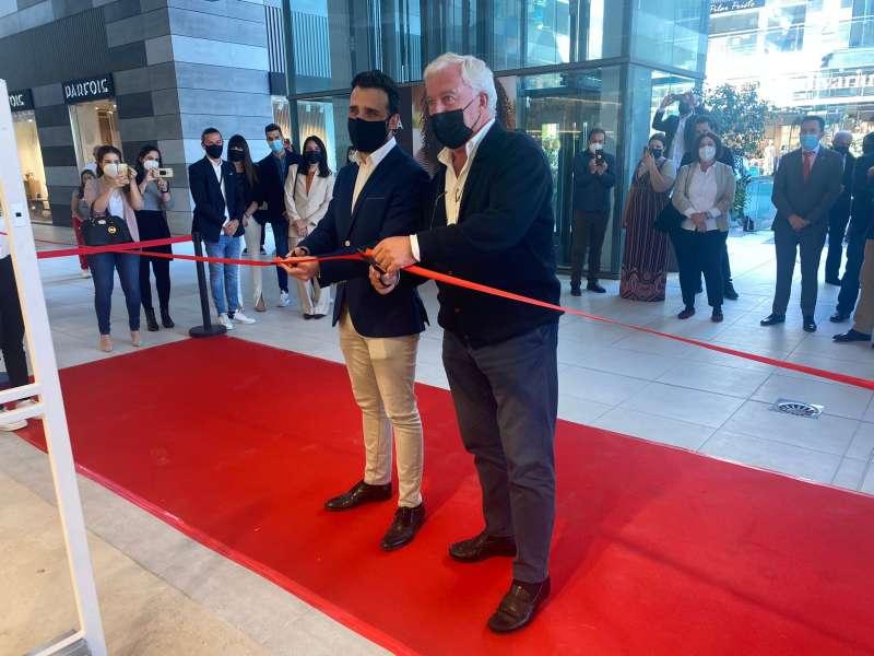 Acto de inauguración de la nueva tienda con la presencia de las autoridades municipales de Sagunt. / EPDA