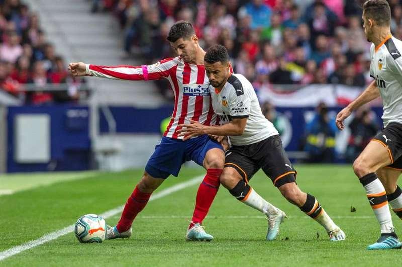 Morata (i) disputa un balón con Francis Coquelin el pasado 19 de octubre en el estadio Wanda. EFE/ Rodrigo Jiménez/ Archivo