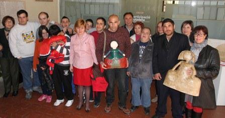 Usuarios y responsables del centro junto a la alcaldesa, Sara Álvaro. FOTO: EPDA.