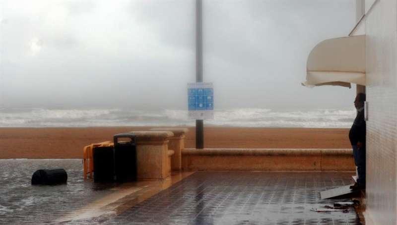 Una persona contempla la intensa lluvia en la ciudad de Valéncia