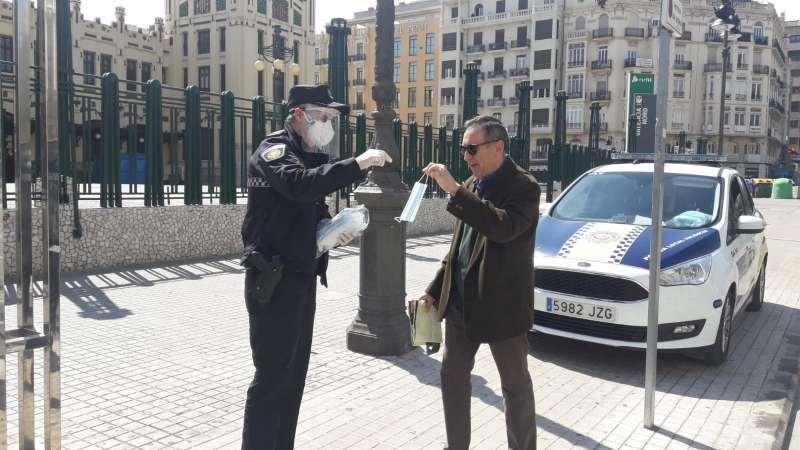 Reparto de mascarillas en València ante el coronavirus. EPDA