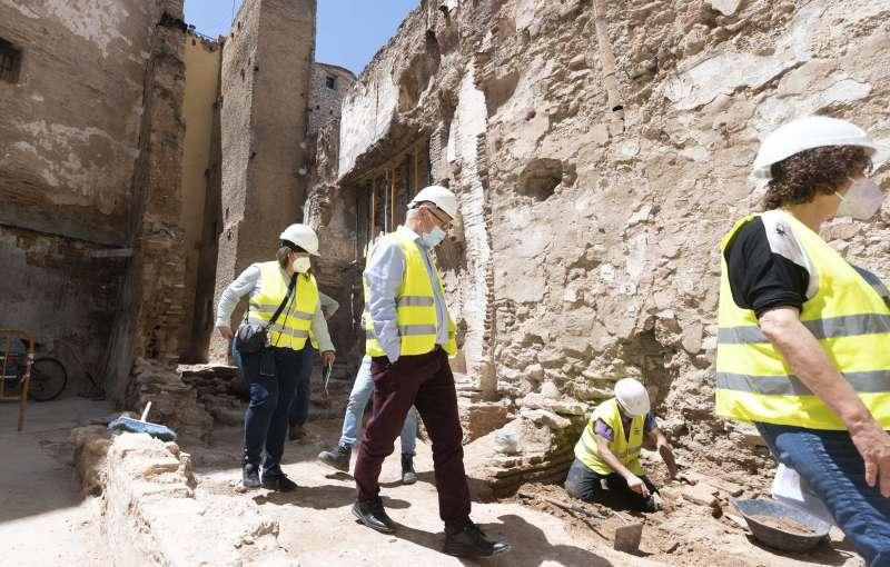 El alcalde de Valencia, Joan Ribó, en una visita a la muralla islámica.