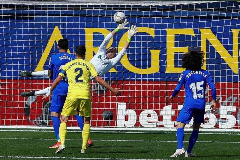 El guardameta del Getafe, David Soria (detrás) efectúa una parada ante un ataque del Villarreal durante el partido de LaLiga. EFE/Domenech Castelló