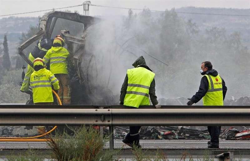 Operarios y bomberos trabajan en el lugar de un accidente registrado en la autovía A-7 a su paso por el municipio alicantino de Crevillent. EFE