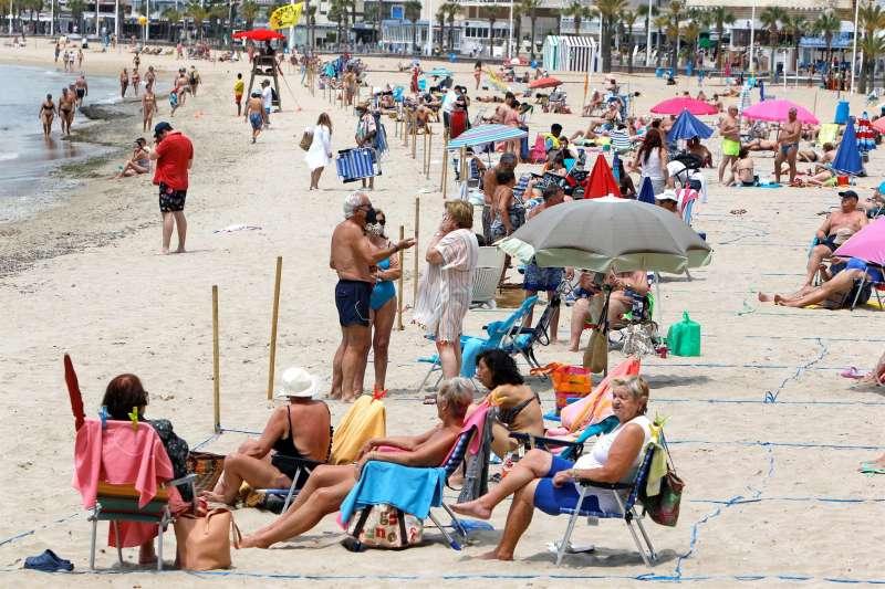 Vista general de la playa de Levante de Benidorm, el principal destino turístico de la Comunitat Valenciana, cuando el presidente de la patronal hotelera de Benidorm y la Comunitat Valenciana Hosbec, Toni Mayor, confía en que haya un verano