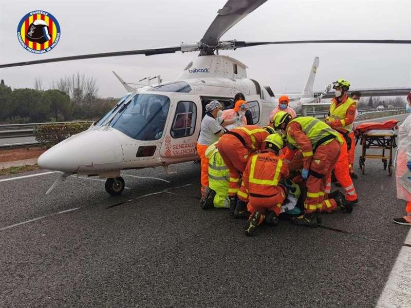 Un helicóptero de los servicios de urgencia trasladó a la mujer herida esta mañana en la AP-7.