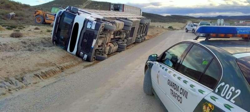 Imagen de archivo de un camión volcado. EFE