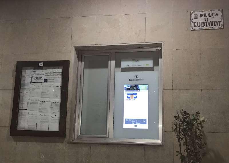 Oficina de Turismo electrónica instalada en la fachada del ayuntamiento de Benifairó de les Valls. EPDA