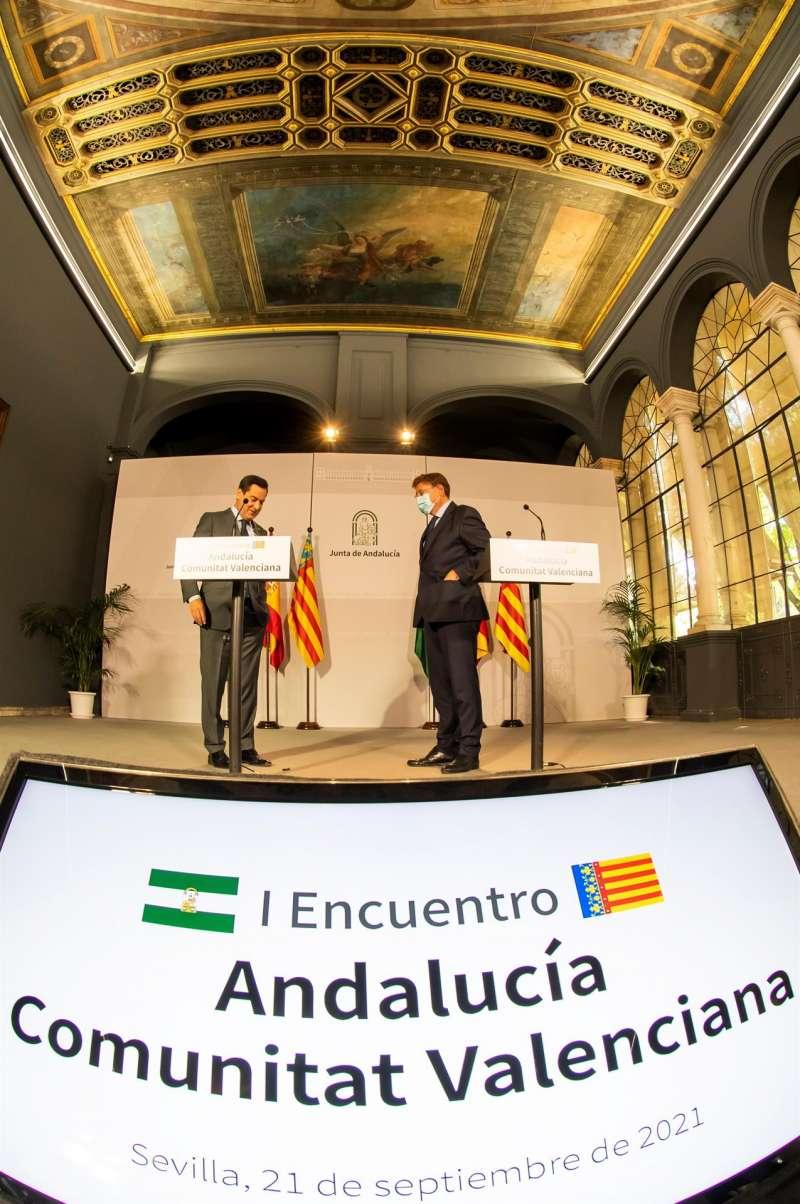 El presidente de la Junta de Andalucía, Juanma Moreno, del PP, (i), y el de la Generalitat Valenciana, Ximo Puig, del PSOE.