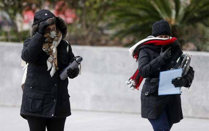 Dos mujeres se abrigan debido al frío y al viento. EFE/Kai Försterling/Archivo