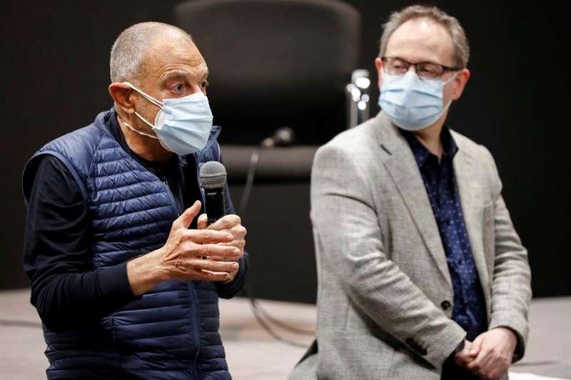El director teatral Lluís Pasqual, junto al presidente de la Academia de las Artes Escénicas de España, Jesús Cimarro. EFE