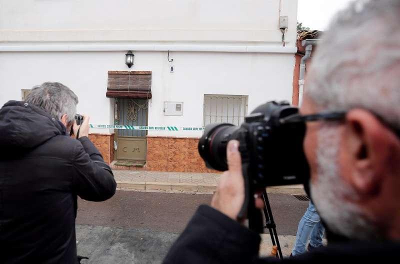 Periodistas ante la casa del autor confeso del crimen de Marta Calvo, en Manuel (Valencia).