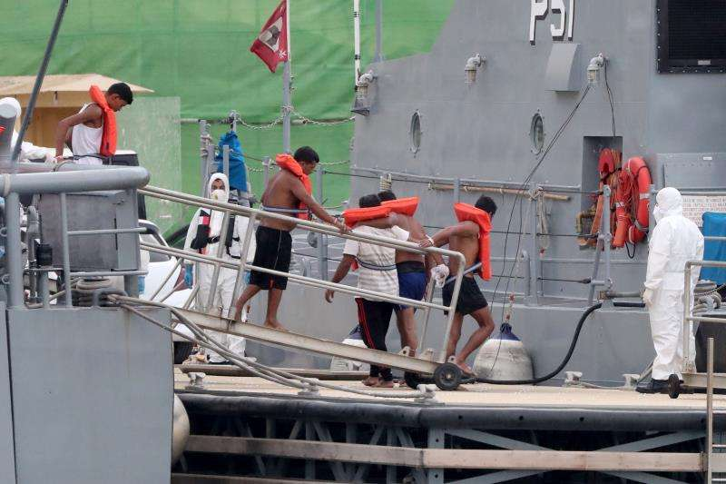 Varios inmigrantes a bordo de un barco de las Fuerzas Armadas de Malta llegan a la base naval de Haywharf, Floriana, Malta el pasado mes de agosto. EFE