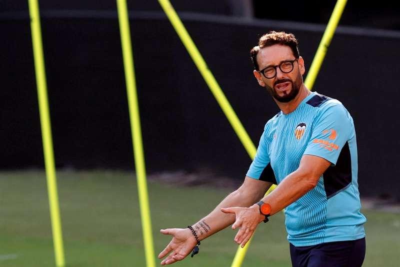 El técnico del Valencia, José Bordalás, durante un entrenamiento para preparar el partido del domingo ante el Real Madrid.