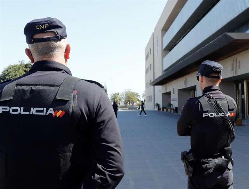 Imagen de archivo de dos policías en servicio. EFE