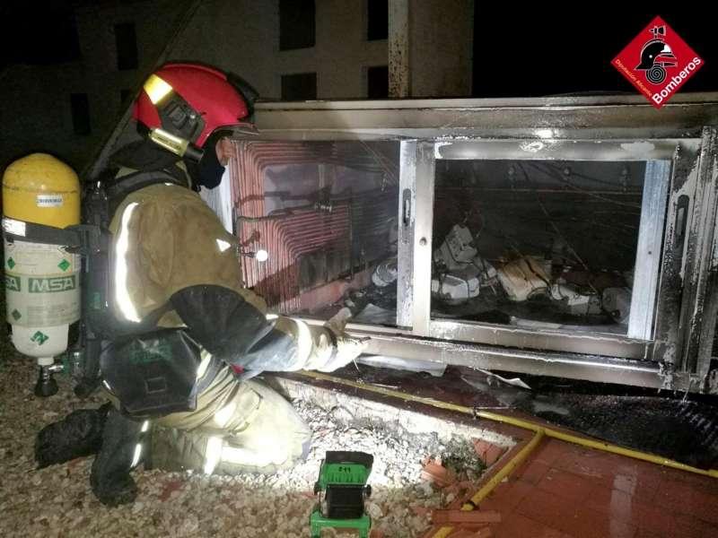 Intervención en la azotea por el incendio causado por un rayo, en una imagen del Consorcio de Bomberos.