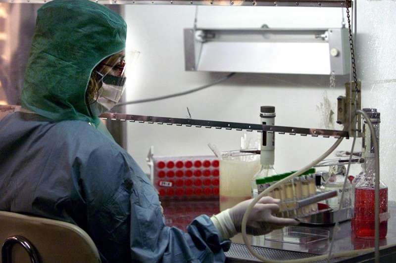 Una técnica del laboratorio del hospital La Fe de València. EFE/Manuel Bruque/Archivo