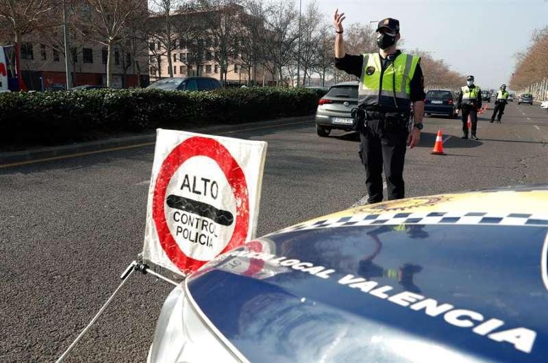 Un control de la Policía en la entrada de Valencia. Archivo/EPDA