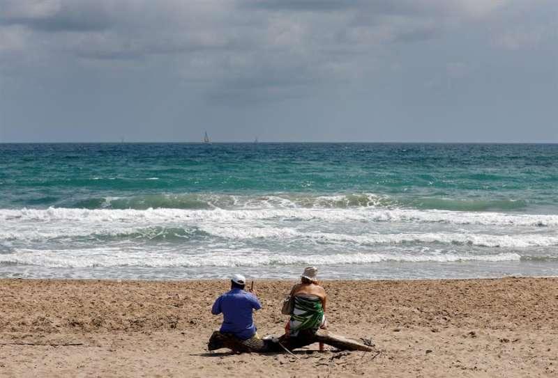 Una pareja en la playa de El Saler. EFE