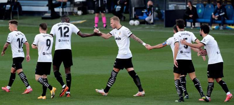 Los jugadores del Valencia celebran tras marcar ante el Cádiz, durante el partido de Liga en Primera División que disputarpon en el estadio Ramón de Carranza. EFE/Román Ríos