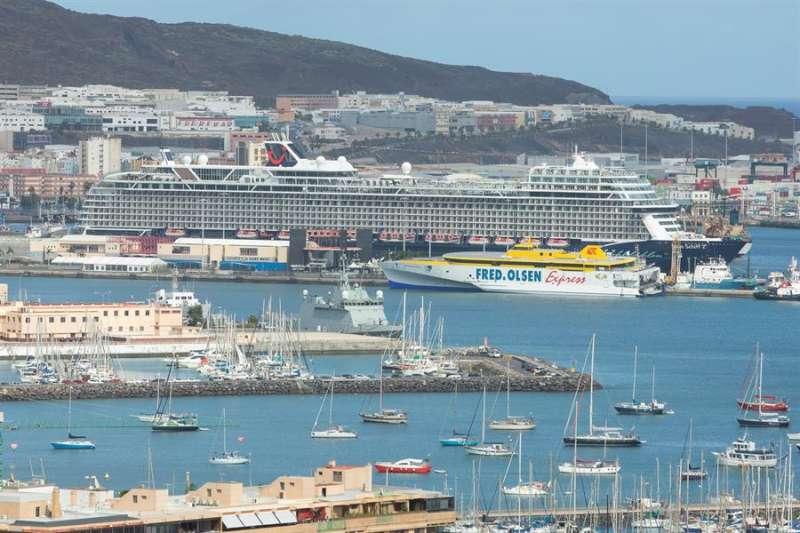 El barco Mein Schiff, de la compañía TUI Cruises, reanudaba el viernes la actividad de los cruceros en Canarias, tras el parón de la actividad de este sector por la pandemia. EFE