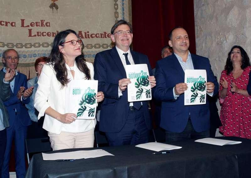 Los líderes del PSPV-PSOE, Compromís, y de Unides Podem-EU,  tras la firma del Botànic II. EFE/Archivo/Pep Morell