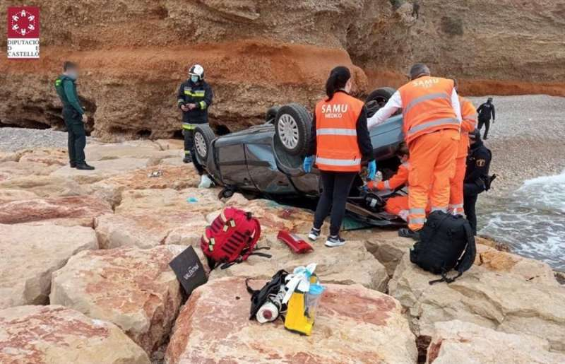 Personal del SAMU y del Consorcio de Bomberos de Castellón intervienen en el accidente de un coche tras caer por un acantilado.