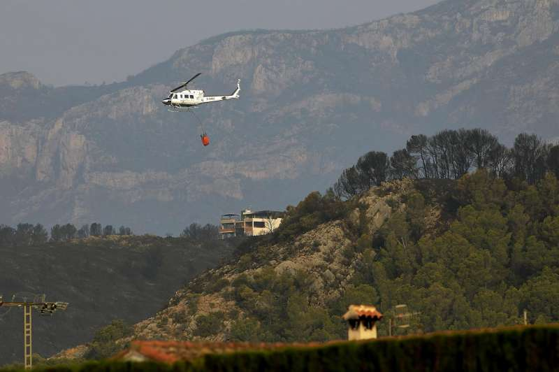 Un helicóptero durante la extinción de un incendio forestal.