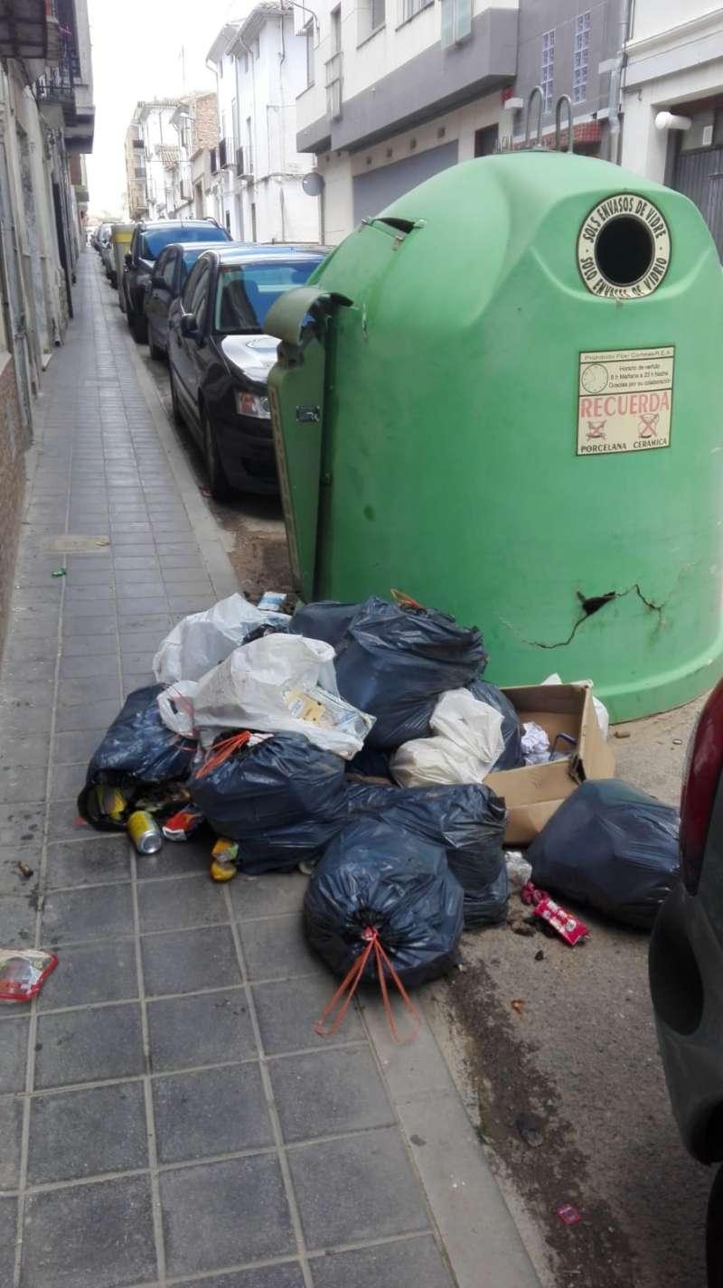 Basura depositada en el suelo en un contenedor de Utiel