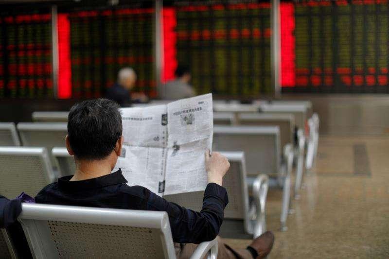 Un hombre lee un periódico en una imagen de archivo. EFE/Archivo