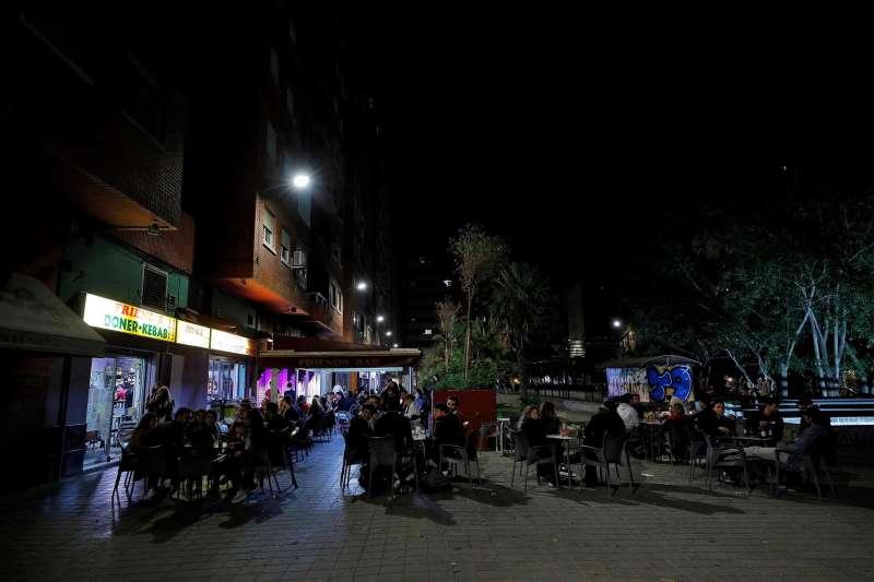 Decenas de jóvenes apuran sus bebidas y los últimos minutos, en una conocida zona de ocio de Valencia.