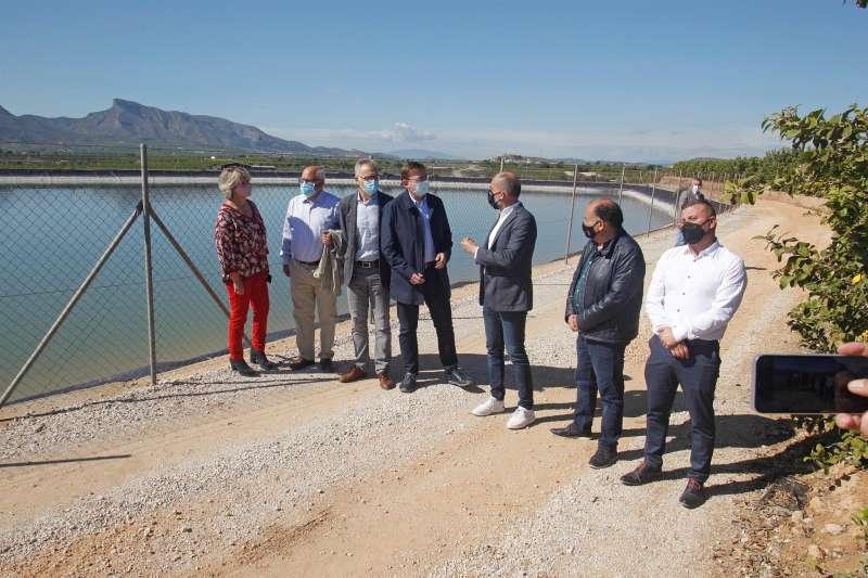 El president de la Generalitat, Ximo Puig (c), durante su visita a la balsa de riego de la Comunidad de Regantes del Cuarto Canal de Poniente del trasvase Tajo-Segura en Benferri.