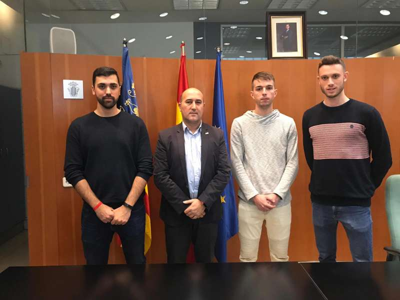 Los nuevos agentes con el alcalde de Massamagrell. EPDA