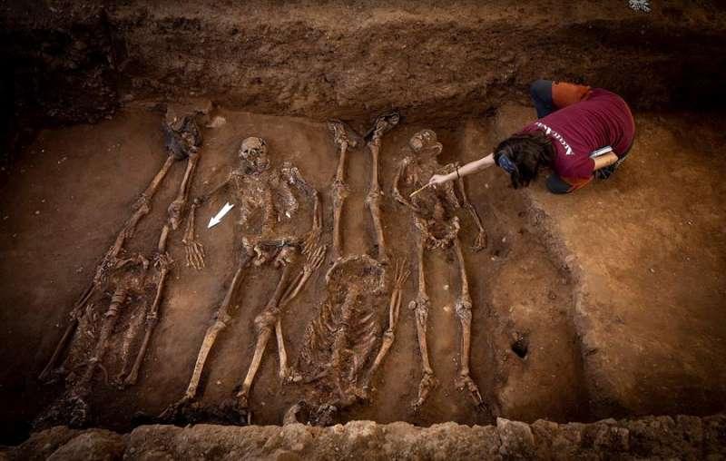 Una arqueóloga trabaja en la recuperación de unos restos en una fosa común. EFE