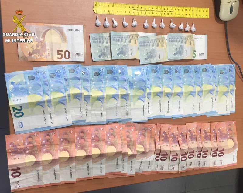 Dinero y droga que incautó la Guardia Civil. EPDA
