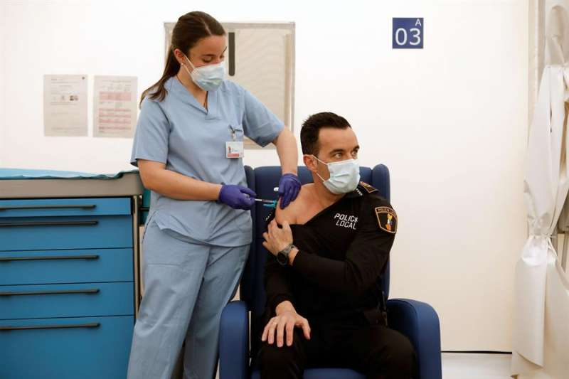 Vacunación a miembros de Cuerpos y Fuerzas de Seguridad del Estado.EFE
