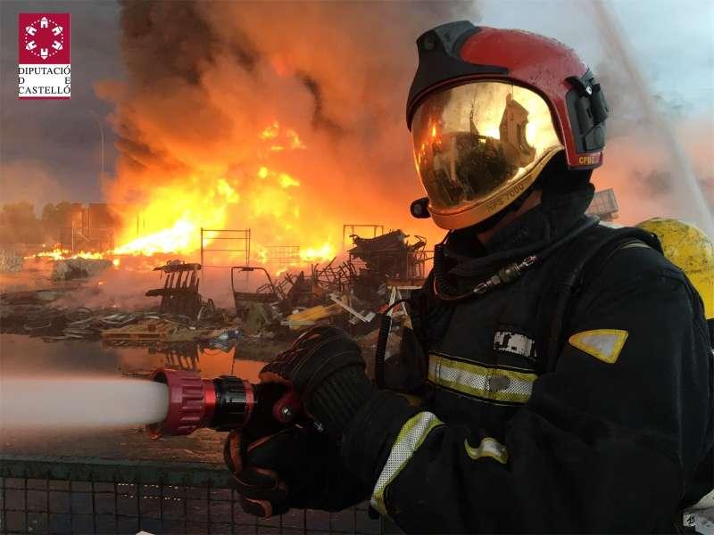 Bombero apagando fuego. EPDA
