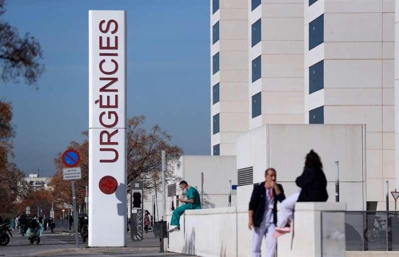 Imagen de archivo de personal sanitario del hospital La Fe de Valencia descansando a las puertas de urgencias