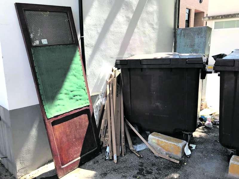 Muebles depositados en la vía pública de Massamagrell. EPDA
