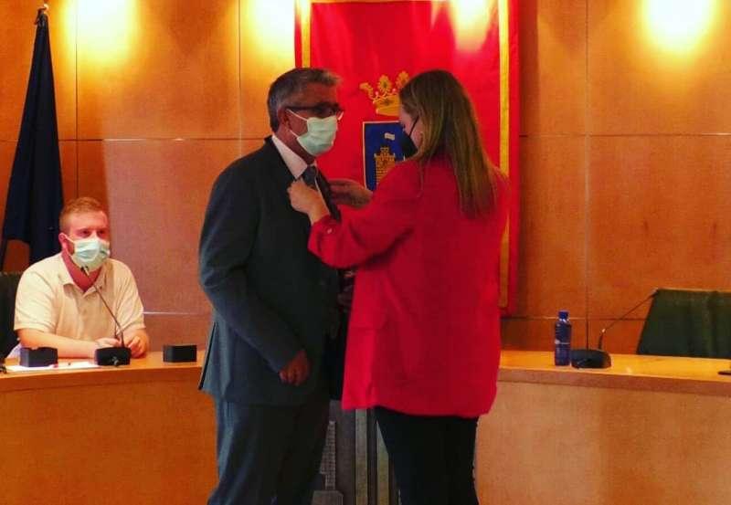 La alcaldesa de Altura imponiendo la medalla al cronista oficial