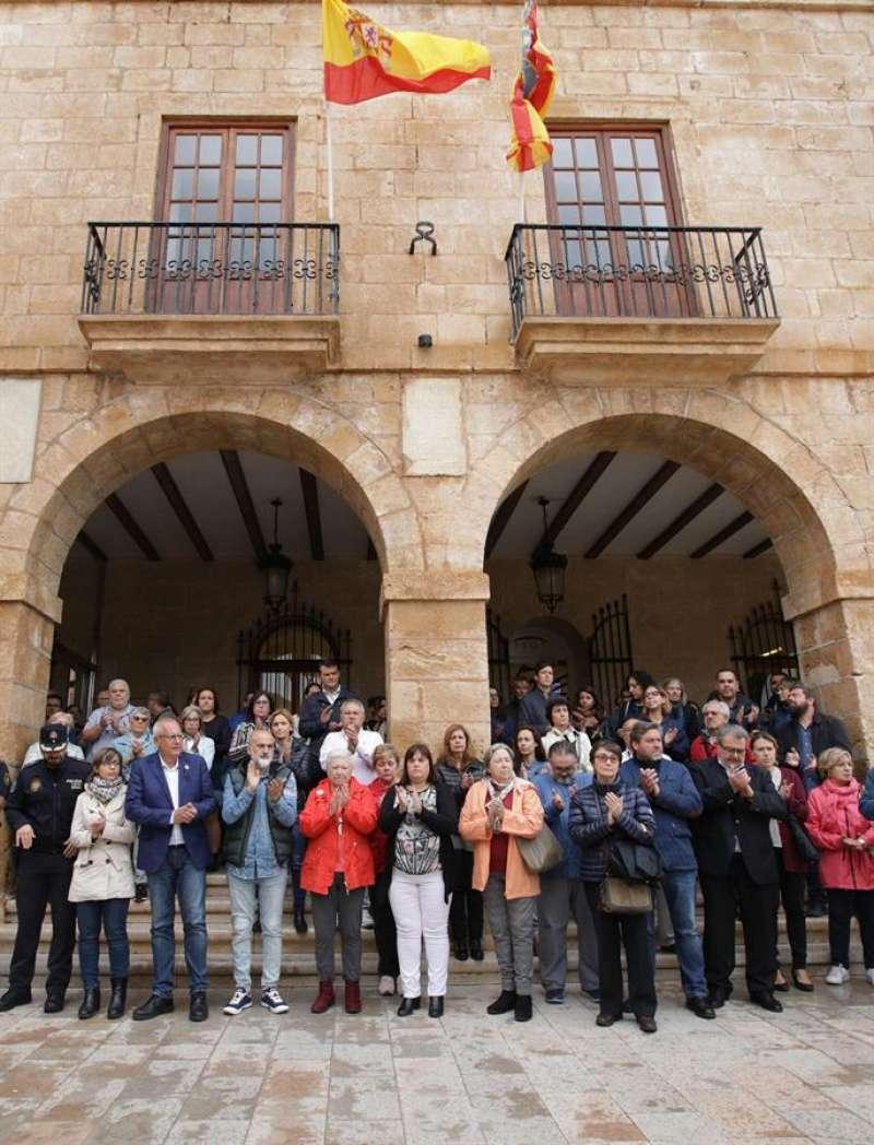 Concentración de representantes del Gobierno municipal y trabajadores del Ayuntamiento de Dénia. - EFE/Natxo Francés