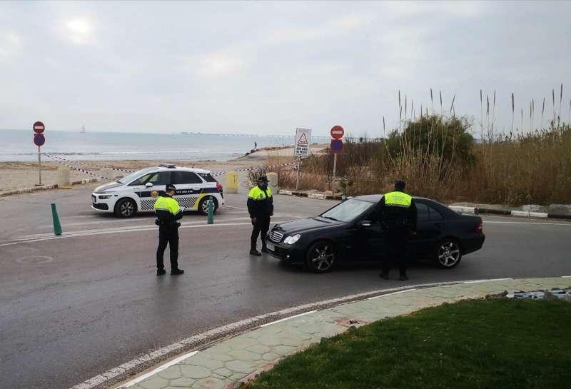 Uno de los controles que ya se están realizando, en la playa Racó de Mar.