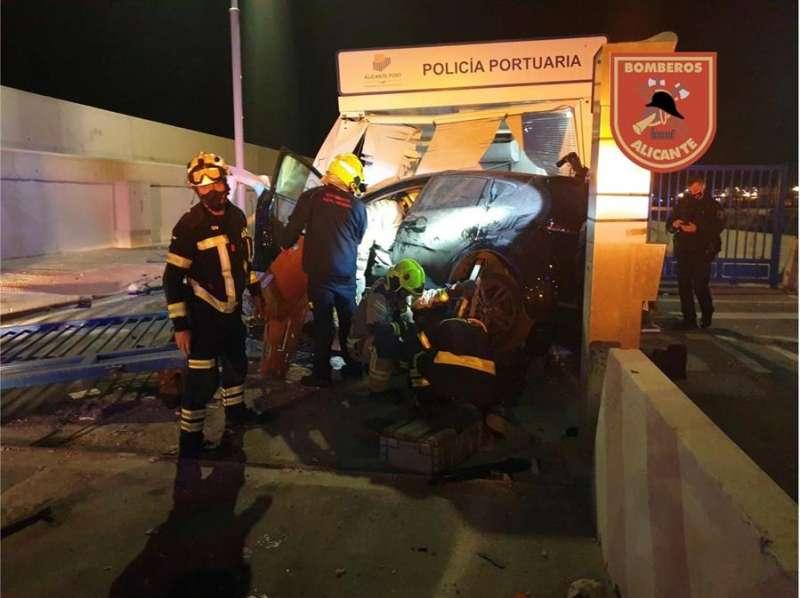 Bomberos trabajando para sacar al ocupante del vehículo.efe
