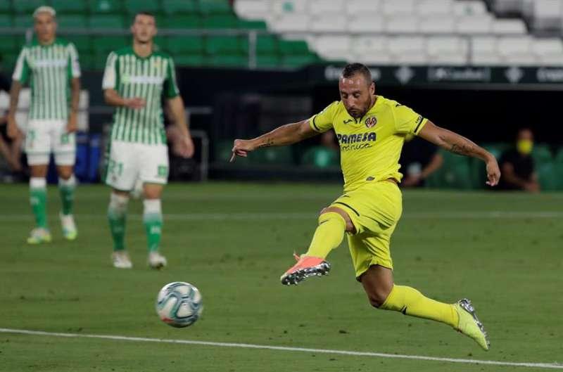 El delantero del Villarreal Santi Cazorla remata un balón frente al Betis en el estadio Benito Villamarín, en Sevilla. EFE/Julio Muñoz