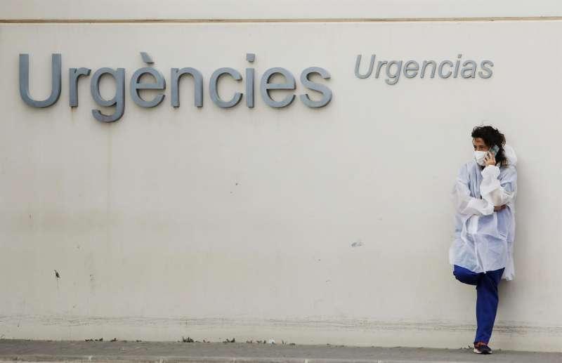 Una profesional sanitaria aguarda ante la zona de urgencias de un hospital en una imagen de archivo.