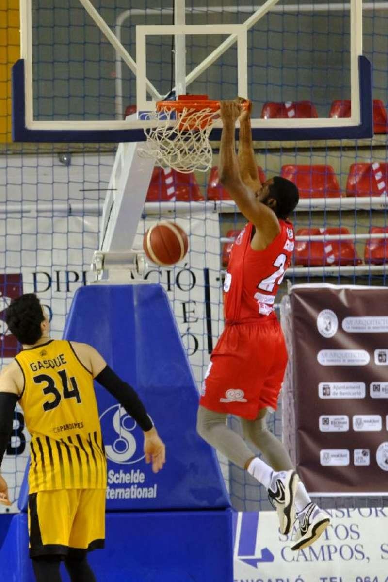 Jugador hace puntos en basquet