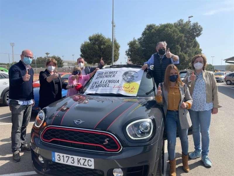 La manifestación se ha realizado en coches particulares y vehículos agrícolas. EFE