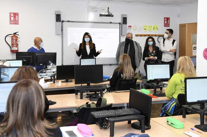 Visita de Isabel Martín a los talleres de ocupación