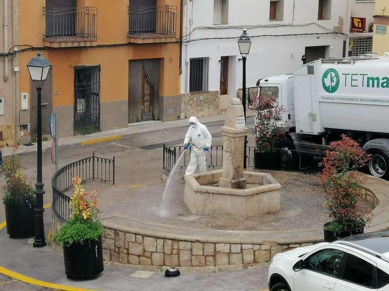 Limpieza y desinfección en las calles de Gilet. EPDA/Archivo.